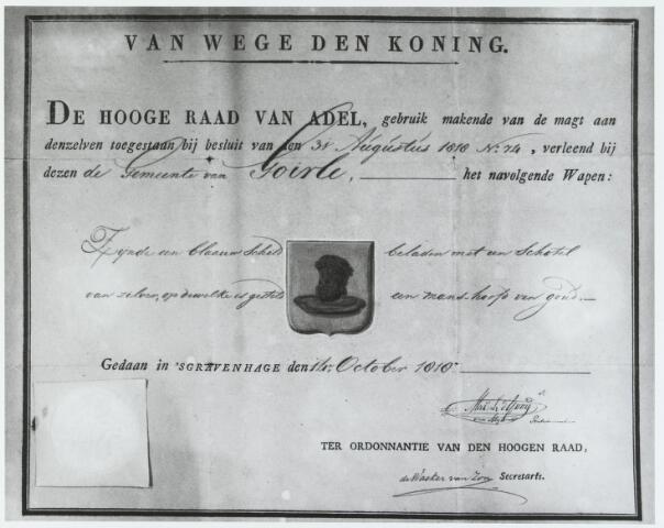 """056319 - Verklaring van de Hoge Raad van Adel dat op 31 augustus 1818 het gemeentewapen van Goirle is vastgesteld """"zijnde een blaauw schild beladen met een schotel van zilver, op dewelke is gesteld een manshoofd van goud""""."""