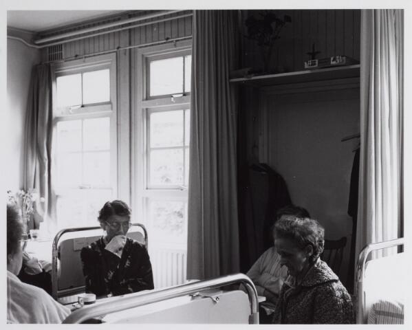 041805 - Elisabethziekenhuis. Gezondheidszorg. Ziekenhuizen. Patiëntenkamers in het St. Elisabethziekenhuis.