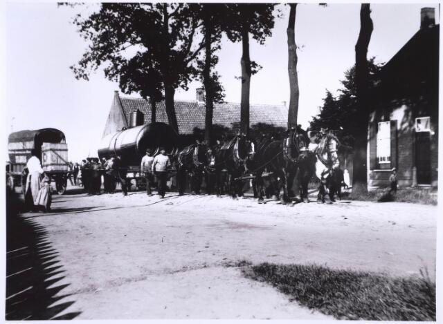 022825 - Vervoer van een stoomketel door de Enthovenseweg, richting spoorweg, rond 1910.