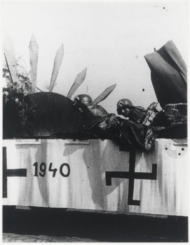 89681 - WOII; WO2; Tweede Wereldoorlog.Bevrijdingsfeest Kerkdijk. Theo Domenie Pzn en Theo Dominie Czn  (personen- en zorgvervoer Nederland). Kinderen hebben Duitse uniformen aangetrokken - met een hakenkruis op hun helm geschilderd.