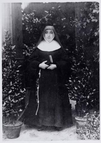 046202 - Zuster Maria Coleta van der Zande van de orde der clarissen-coletienen aan de Lange Nieuwstraat in Tilburg. Zij werd geboren te Goirle als Maria van der Zande op 27 oktober 1873. Haar ouders waren Willem van der Zande en Petronella van Besouw. In 1898 werd zij in Tilburg geprofest als buitenzusters in de voornoemde orde. Zij overleed in het klooster te Tilburg op 23 januari 1960.