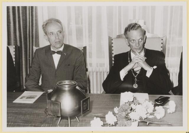 072937 - Opening gemeentehuis door de Commissaris van de Koningin Kortmann.  Bijzondere raadsvergadering. Aandachtig luisterende Commissaris en burgemeester.