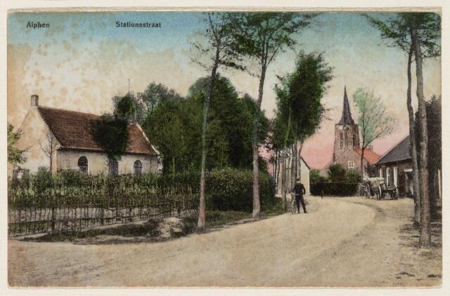 065244 - Stationsstraat in Alphen met in de verte de vroegere Nederlands Hervormde kerk.