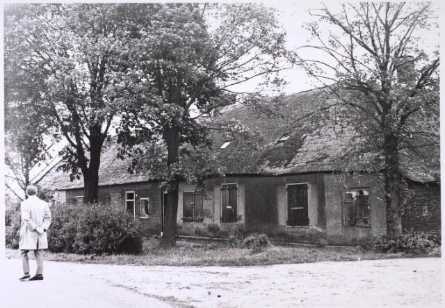 024789 - Vervallen boerderij aan de Kraaivenstraat eind 1964
