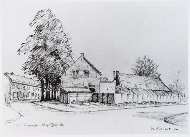 """028963 - Tekening. President Steijnstraat. Boerderij De Noteboom.Door H.Corvers.Boerderij """"de Noteboom"""" was sinds de negentiende eeuw in het bezit van de familie De Brouwer. De hoeve stond aan de President Steijnstraat 30, hoek Paul Krugerstraat (vóór 1929 Vogelstraat 1). De boerderij dankt haar naam aan de enorme notenboom die op het erf stond. De laatste bewoner van de boerderij was J.L.H. de Brouwer. Hij verkocht de boerderij in 1976 aan de gemeente; zijn bedrijf zette hij voort in Hilvarenbeek. In hetzelfde jaar nog werd de boerderij gesloopt."""