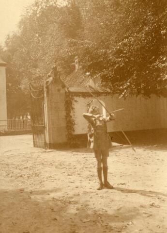 600643 - Jongen met pijl en boog. Kasteel Loon op Zand. Families Verheyen, Kolfschoten en Van Stratum