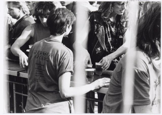 043422 - Op 4 september 1988 vond in het stadion van Tilburg muziekevenement plaats getiteld 'Monsters of Rock'.