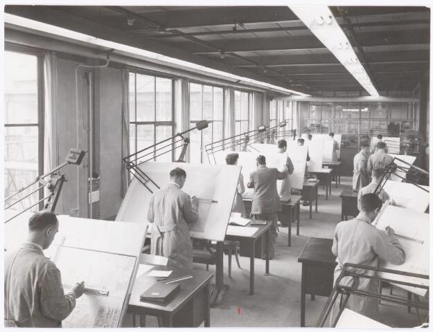 039469 - Volt. Zuid. Technische Afdelingen, Tekenkamer. De Gereedschap tekenkamer omstreeks 1955. Deze was gevestigd op het bordes van de gereedschapmakerij in gebouw M op complex Zuid. Achter de glaswand op de achtergrond was het tekeningenarchief. De gereedschap makerij was gevestigd in de noordzijde van gebouw M te zuid.