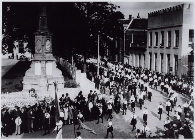 050045 -  Foto uit ´Je Taalboek´ van frater Victor van Nispen. Raadhuisfeestem t.g.v. de ingebruikname van het paleis-raadhuis.Links het monumentvoor koning Willem II. Rechts de Paleisstraat.