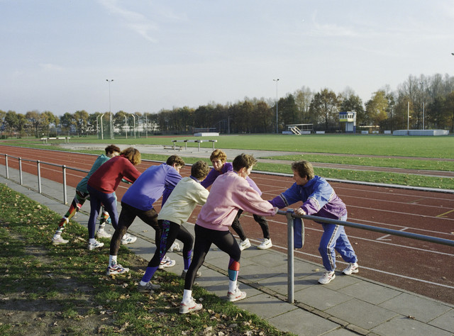 TLB023000989_001 - Sport. Atletiekbaan AV Attilla. Groep dames doet rekoefeningen