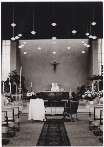 044471 - Huwelijksvoltrekking in de kerk van O.L.V. van Lourdes (Koningshoeven) aan het Lourdesplein.