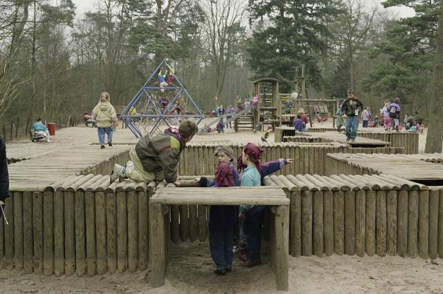 TLB023000415_003 - Spelende kinderen in de speeltuin van het Wandelbos. Foto gemaakt in het kader van (on-)veilige speelsituaties.