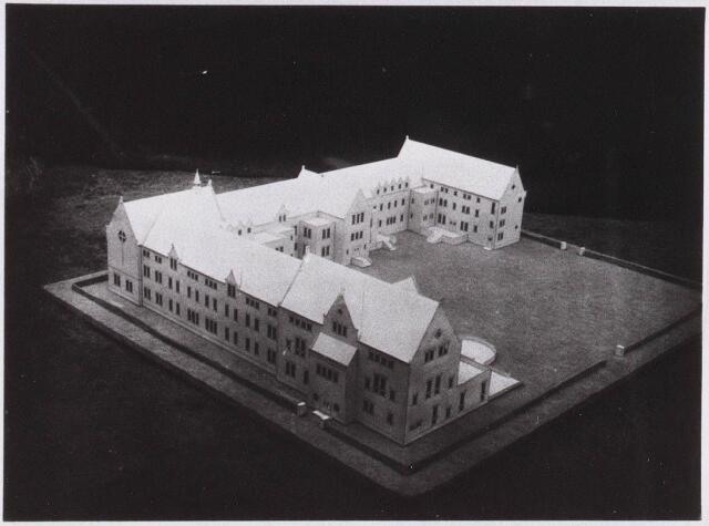028330 - Maquette. Maquette van het door architect M van Beek ontworpen Sint Lidwinaklooster aan de Pelgrimsweg 40