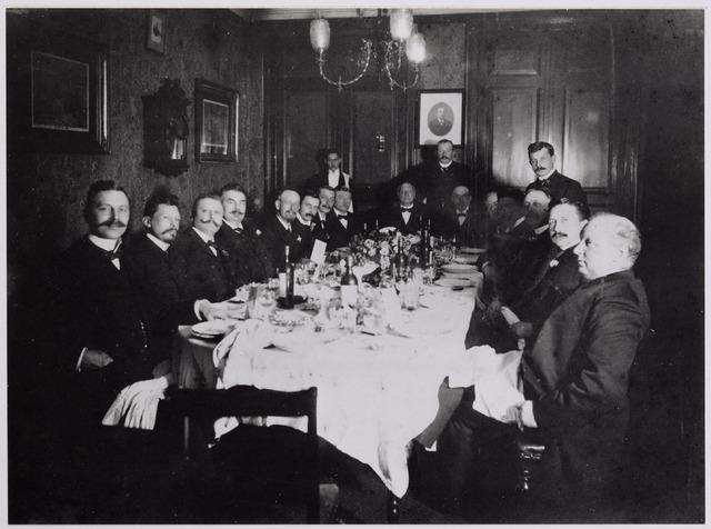 041975 - Geneeskunst. Leden van Tilburgse afdeling van de Koninklijke Nederlandse Maatschappij ter bevordering  der Geneeskunst (KNMG) tijdens een kringdiner in sociëteit Philharmonie in 1904. Volgens notulen van de maatschap waren dergelijke diners ´buitengewoon genoeglijk, zeer verzorgd en duurden ze tot diep in de nacht´. Deze bijenkomst werd georganiseerd bij gelegenheid van het afreden van de voorzitter, dr. Van der Heijden (zittend derde van rechts). Zittend van links naar rechts N.N., H. Lobach, J. Hansen, Costerman Boodt, Scheidelaar, Eijgenraam, N.N., N.N. N.N., N.N., Maessen, Deelen, Van der Heijden, Bloemen, Hoek (Boxtel). Staande Hoek (Helvoirt) en Taminau.