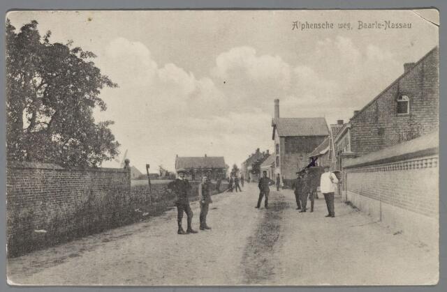 """065459 - Gezicht vanaf de Singel in de Alphenseweg, thans St. Annaplein, vroeger ook wel Engelsestraat genoemd, naar de herberg """"De Engel"""" op de hoek van de Singel; Eerste huis rechts werd bewoond door Stan Kerkhof'; het hoge gebouw met schoorsteen was de looierij van Van Sommeren, doch toen in gebruik als pakhuis en kolenbergplaats voor de distributie; de gemeente Baarle-Nassau kocht het pand in 1920 en verbouwde het in het jaar daarop tot veldwachterswoning met arrestanten verblijf; op de achtergrond de smederij van Van Rijbosch en de molen van P.F. van den Burg, later J.L. Theeuwes"""