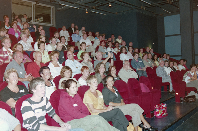 1237_001_024_022 - Cultuur. Een presentatie in de Tilburgse Revue op 15 september 2004. Zicht op de toeschouwers in de theaterzaal.