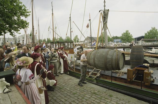 TLB023001299_002 - Waterfestival; publiek kijkt toe bij het laden van een schip