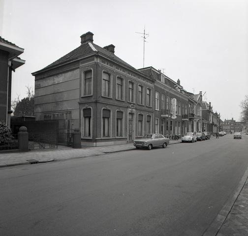 653755 - Wilhelminapark 29. Rechts de apotheek van Kerssemakers (huisnummer 28).