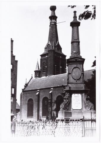 008577 - De gedenknaald van koning Willem II en de Heikese kerk, gefotografeerd door Henri Berssenbrugge (1873-1959) in 1929.