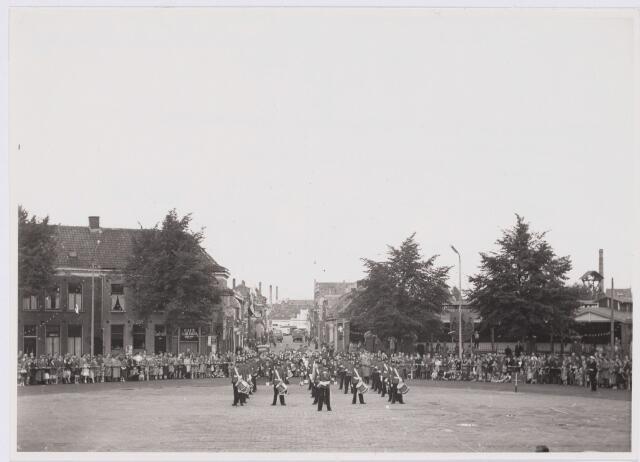 101849 - Bevelhebber van de West-Europese Unie en waarnemend NAVO-oppercommandant Bernard Law Montgomery (1887 – 1976) werd op het Willemsplein begroet door het tambourcorps Garde Regiment Prinses Irene Brigade.