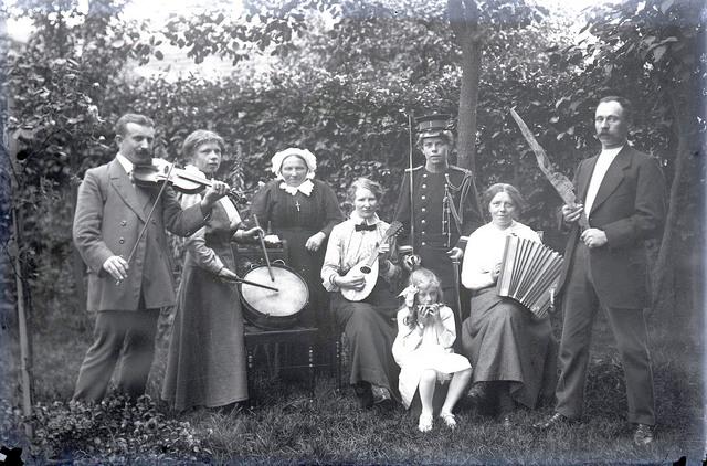 651603 - Groepsfoto. Groep mensen met instrumenten. O.a. een trommel, viool, mondharmonica en een accordeon.  De Bont. 1914-1945.