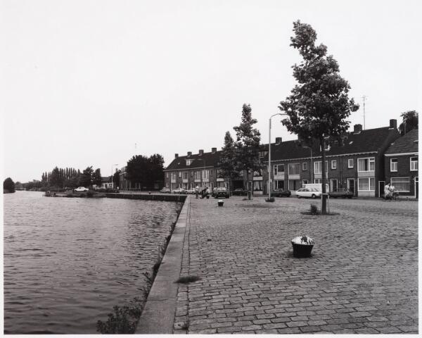 028526 - Overzicht van de Piushaven met woonhuizen nummers 78-67 genomen in de zomer van 1981