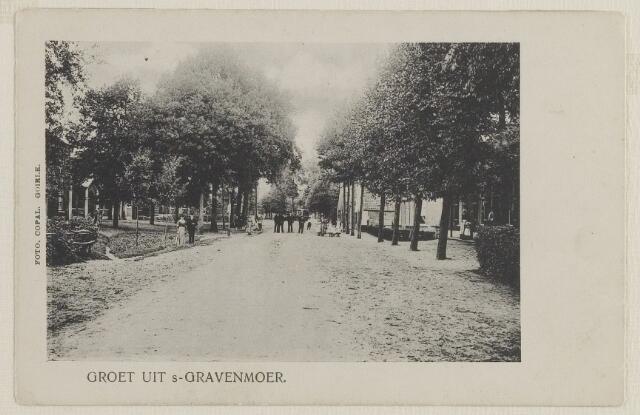 058522 - Hoofdstraat. Links Maria Anna Maarleveld geb. 28-11-1869 te Biervliet gehuwd met JoziasAbraham Tavenier geb 23-4-1874  (hoofdonderwijzer) ingekomen uit Terneuzen en vertrokken naar H en L Zwaluwe 29-2-1912.  foto is gemaakt tussen 30-7-1908 en 29-2-1912.