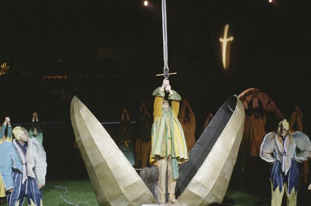 TLB023001057_002 - Toneelbeeld van de opera King Arthur in het Willem II stadion