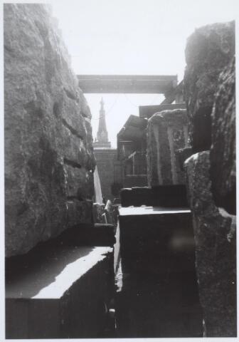 025490 - Opslagplaats van steenhouwerij Petit aan de Langestraat, met op de achtergrond de toren van de Heikese kerk