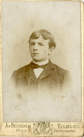 600963 - Ludovicus Ferdinand Happel geboren te Tilburg op 1 juni 1887 en aldaar overleden op 20 juli 1929. Hij was een zoon van sigarenfabrikant Johannes Baltis Happel en Huberdina van Deursen. Hij trouwde Francisca van de Leemput.