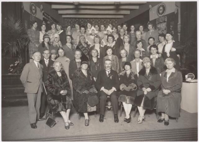 042507 - Fancy Fair ten bate van de hardhorigen. Op de onderste rij v.l.n.r. mevrouw Jansen, mevrouw Robert, wethouder J. van de Mortel en Lucy Brouwers en twee onbekenden. Op de bovenste rij van links naar rechts: Ernestine de Beer, Annie Swagemakers, De Beer, Annemarie Ruding, Maria Donders, Augusta Donders, Nini Jansesn, Tilly Jansens, Richarda Mutsaerts, Noor Mutsaerts, Annie van Delft, Bertha Blomjous, Bé Ennekingm Truus Taminiau, Mutsaerts en Ottie Ruding.