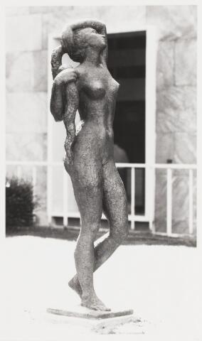 067779 - ONTWAKEN. Bronzen beeld van Pieter d'HONT (Hilversum 1917-Utrecht 1997). Lokatie: Universiteit van Tilburg, binnenplaats van gebouw A, later omgedoopt tot Cobbenhagengebouw. Realisatie: 1971   Kunst in de openbare ruimte.