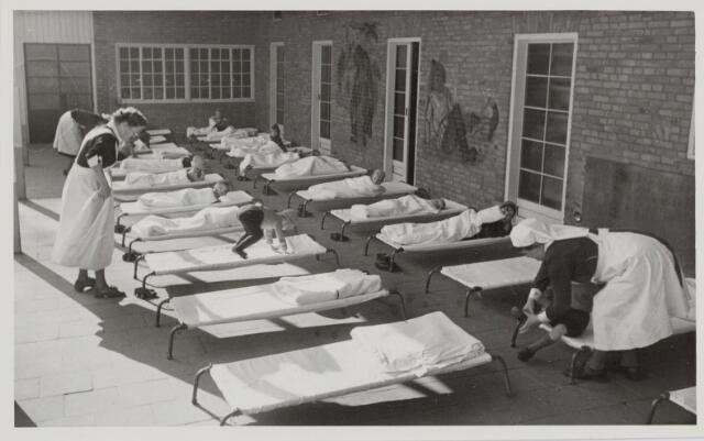 046368 - Medisch kinderdagverblijf Kleuterheil. Verplegend personeel en kleuters in de rusthal.