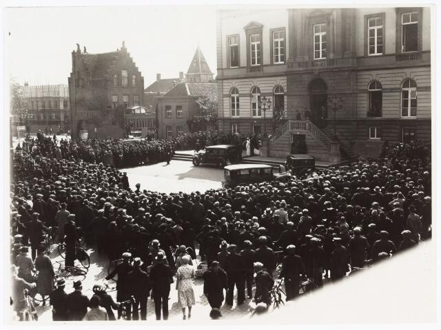 007686 - Bruiloften. Toeschouwers bij het huwelijksfoto van Jan Pijnenburg (1906-1979)  met Mimi Bierens (1911-1990) voor het gemeentehuis.