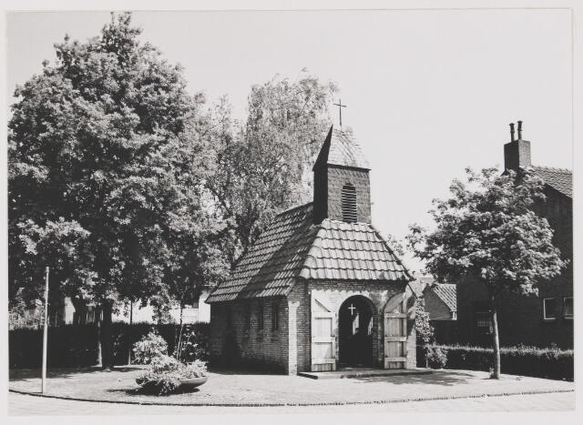 082317 - Mariakapel. In deze kapel staan de namen van 5 inwoners die gesneuveld zijn in de Tweede Wereldoorlog en in Ned. Indië. De kapel is in 1947 in gebruik genomen.