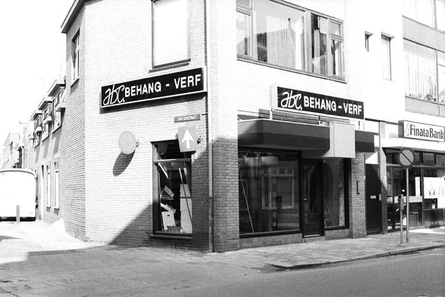1237_012_925-1_013 - Exterieur winkels Korvelseweg, ABC behang/verf. En de Finatabank.  Hoek Korvelseweg/ van Sonstraat.