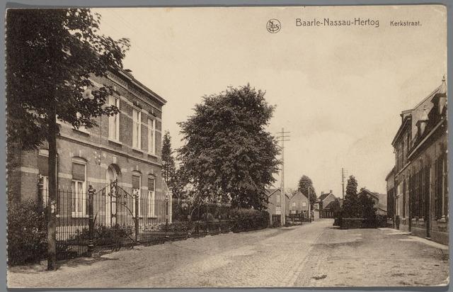 065504 - Kerkstraat, met links op de voorgrond het woonhuis van dokter Govaerts