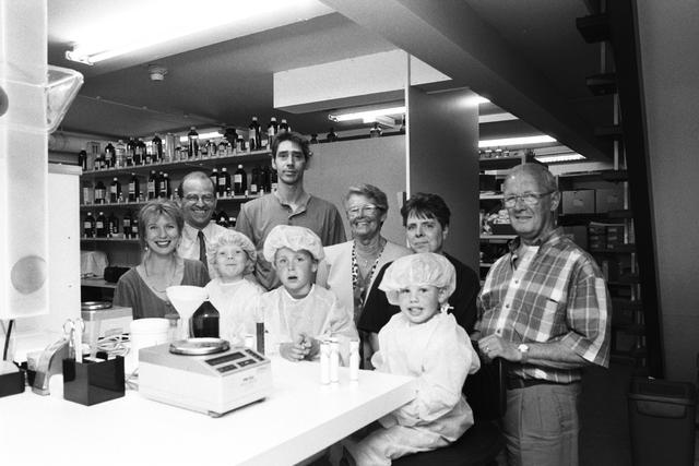 """1237_010_759_009 - Kinderen kijken mee mee de apotheker van de Stadhuis Apotheek in 1997. Project in het kader van """"Jong Geleerd!""""."""