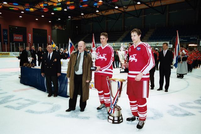 1237_010_770_019 - IJshal. Christ Verwijs toernooi ijshockey Prijsuitreiking.