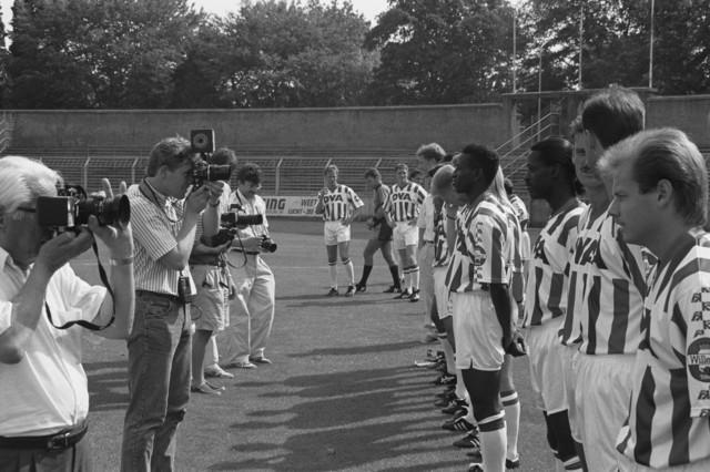TLB023002731_001 - Sport. Voetbal. Het elftal van Willem II stelt zich op voor de foto. Links op de foto de fotografen aan het werk voor de portretfoto's