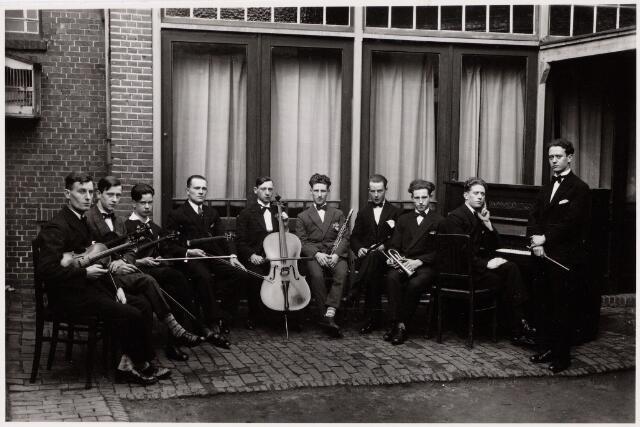 052312 - Muziekleven. Het Tilburgs salonorkest o.l.v. Kees Schalken, muziekleraar tevens organist in de kerk van de Gasthuisstraat en vervolgens Theresiakerk,