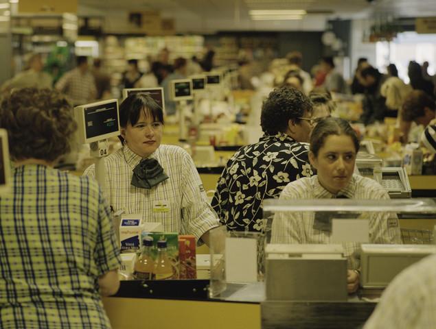 TLB023001360_001 - Kassamedewerkers met de klanten bij de supermarkt Lekker & Laag in de groenstraat te Tilburg