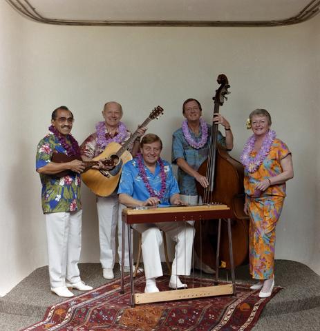 1237_012_939_003 - Hawaï bandje: Kilima Wawai's. Een Nederlandse muziekgroep, opgericht in 1934 door Bill Buysman. In 1942 word de naam gewijzigd in Kilima Hawaiians,  Na de tweede wereld oorlog neemt de populariteit toe. Met onder andere de liedjes  Hawaiian wedding song. Hawaiien war chant