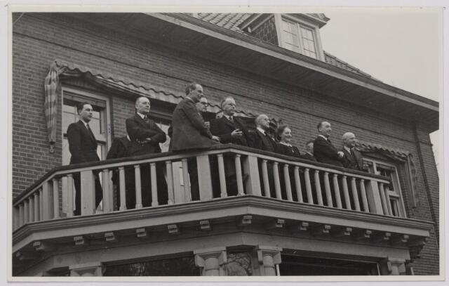 041519 - Openbaar vervoer. transportbedrijven, busondernemingen, taxi-vervoer. Bij de opening op 31 maart 1947 van de nieuwe stadsdienst door de B.B.A. (Brabantse Buurtspoorwegen en Autobusdienst) werd een parade van bussen en personeel op de Heuvel gehouden. Genodigden kijken vanaf het balcon van de Bremhorst naar de harmonie en rondedans van het personeel van de B.B.A. zittend drs. Smeets, daarnaast dhr. Appels en Hooyen.