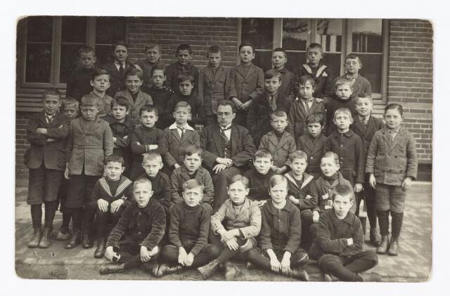 051343 - Basisonderwijs.  Klassenfoto r.k. lagere school. Mgr. Zwijsen school. Een jongensschool.