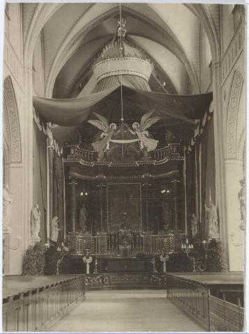 019605 - Versierd hoofdaltaar van de Goirkese kerk ter gelegenheid van de viering van het gouden priesterfeest in 1912 van mgr. Bots, deken van Tilburg