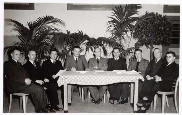 038774 - Volt. Zuid. Sport en ontspanning. Het bestuur van de postduivenvereniging P.V. de Voltvliegers in februari 1953. V.l.n.r.: NN, NN, Hazendonk, van Boxtel, NN, Gust Broers, Hein Overveld, NN, NN.