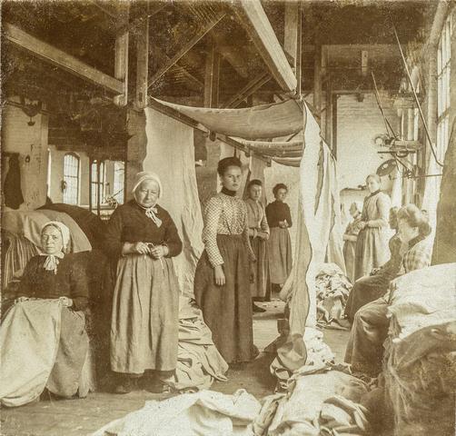 653471 - Textielfabriek Gebroeders Diepen. Afdeling nopperij en stopperij. Vrouwenarbeid (Origineel is een stereofoto.)