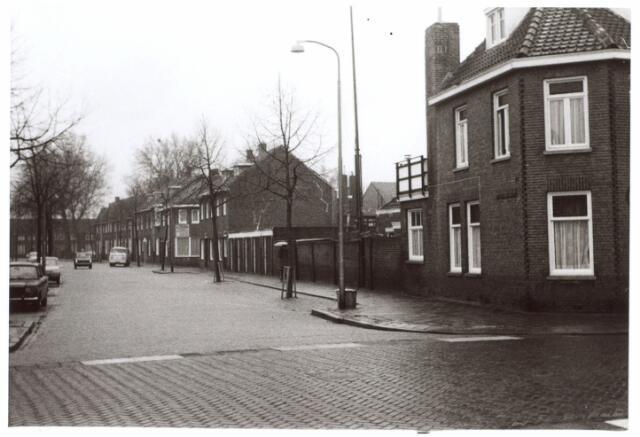 015067 - Bisschop van de Venstraat, gezien vanuit de Groeseindstraat. Op de achtergrond het Paduaplein