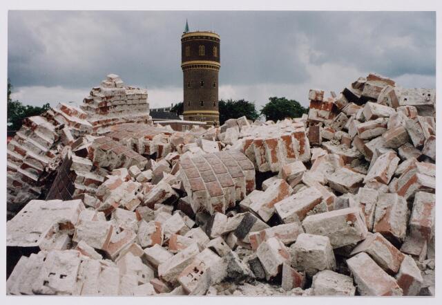 043844 - Het opblazen van de fabrieksschoorsteen van de Regenboog aan de Bredaseweg.